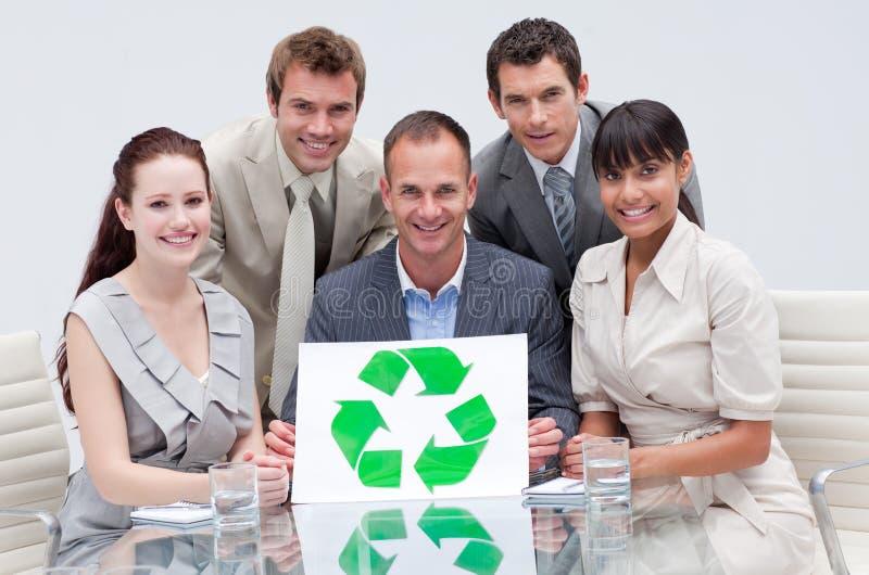 Equipe do negócio que prende um símbolo de recicl imagens de stock royalty free