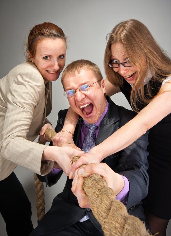 Equipe do negócio que puxa uma corda imagem de stock