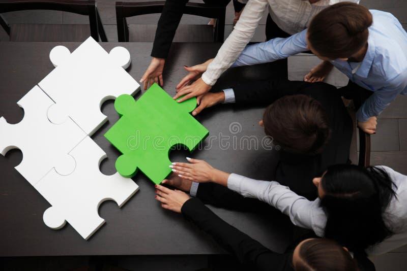 Equipe do negócio que resolve o enigma imagens de stock