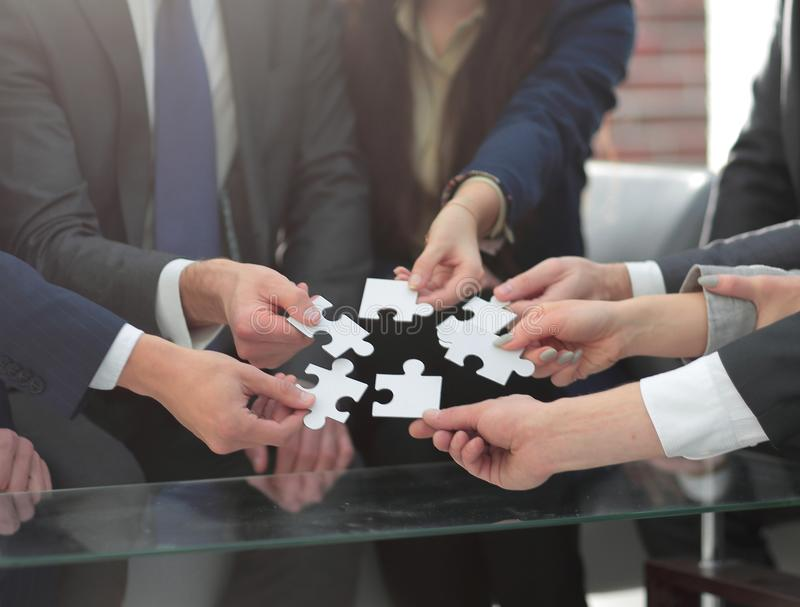 Equipe do negócio que resolve o enigma junto fotos de stock