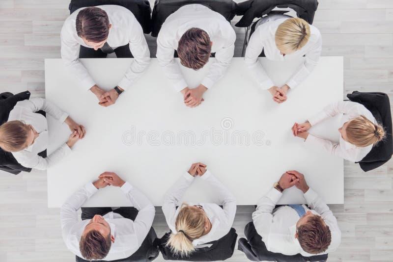 Equipe do negócio que senta-se em torno da tabela fotos de stock