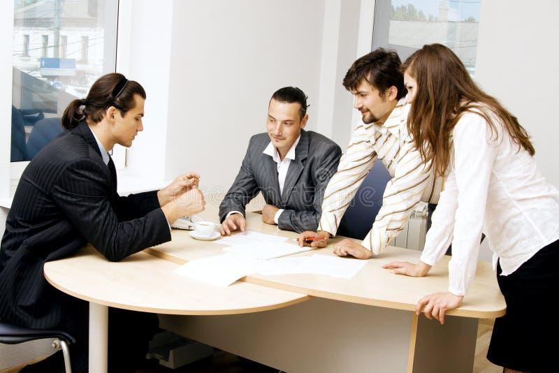 Equipe do negócio que tem uma discussão foto de stock