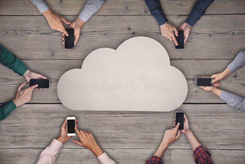 Equipe do negócio que trabalha em smartphones Nuvem que compartilha do conceito sem fio imagens de stock