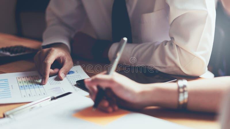 Equipe do negócio que trabalha junto na reunião de ideias do projeto Conceito do negócio moderno imagens de stock royalty free