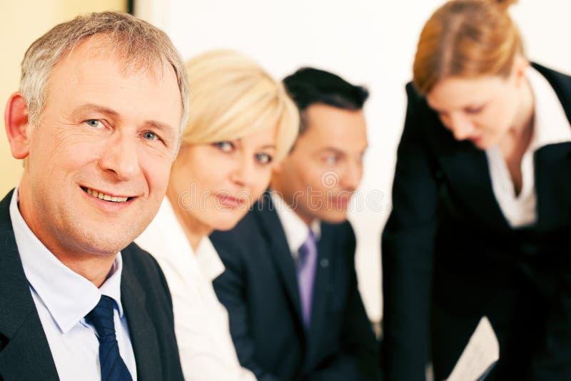 Equipe do negócio que trabalha no escritório imagem de stock