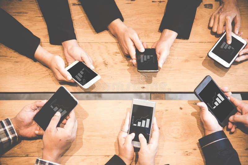 Equipe do negócio que usa o tablet pc para trabalhar com dados financeiros Sócios que discutem o gráfico do crescimento do relató imagem de stock