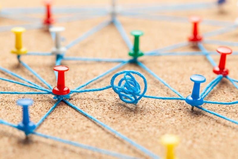 Equipe do neg?cio Conecte entre executivos Contrato e negocia??o Pinos do escritório amarrados com linha azul e negociados fotos de stock