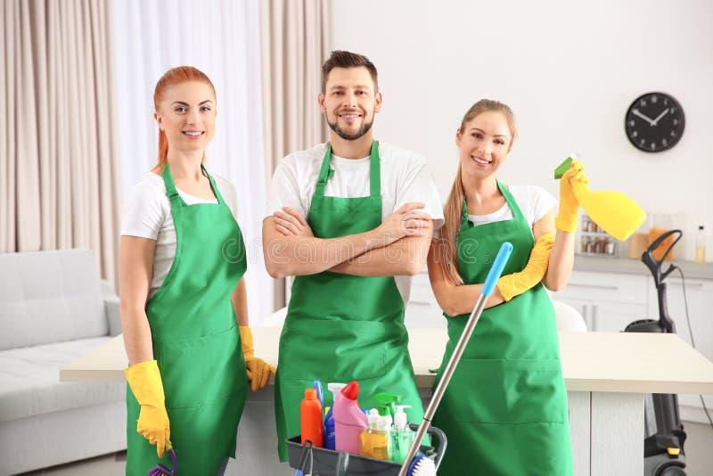 Equipe do serviço da limpeza no trabalho na cozinha fotografia de stock royalty free