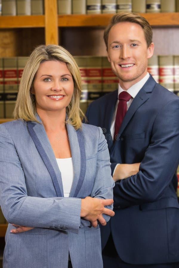 Equipe dos advogados na biblioteca de direito imagens de stock royalty free