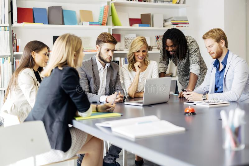 Equipe dos arquitetos que discutem os planos futuros fotos de stock