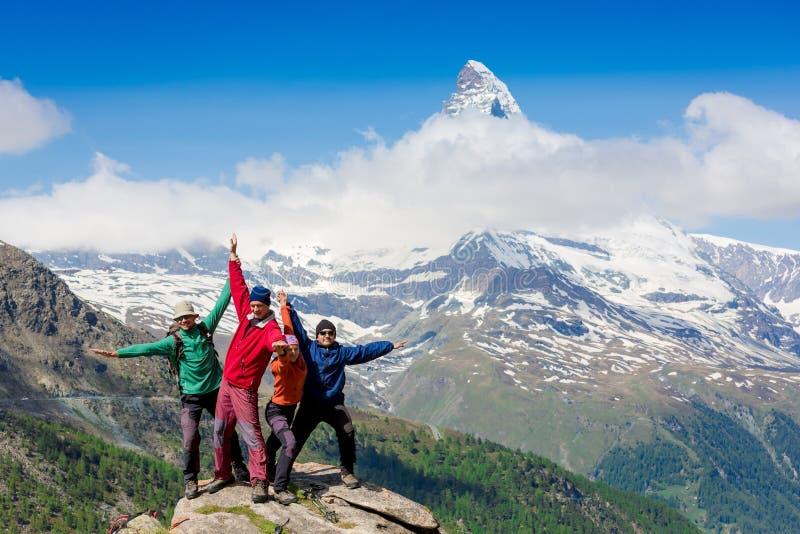 Equipe dos caminhantes na cimeira rochosa imagens de stock royalty free