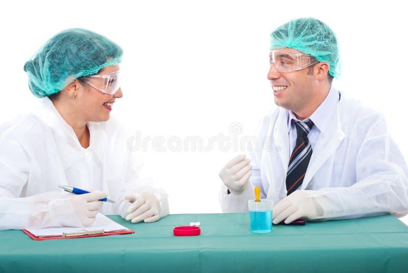 Equipe dos cientistas que têm a conversação fotos de stock