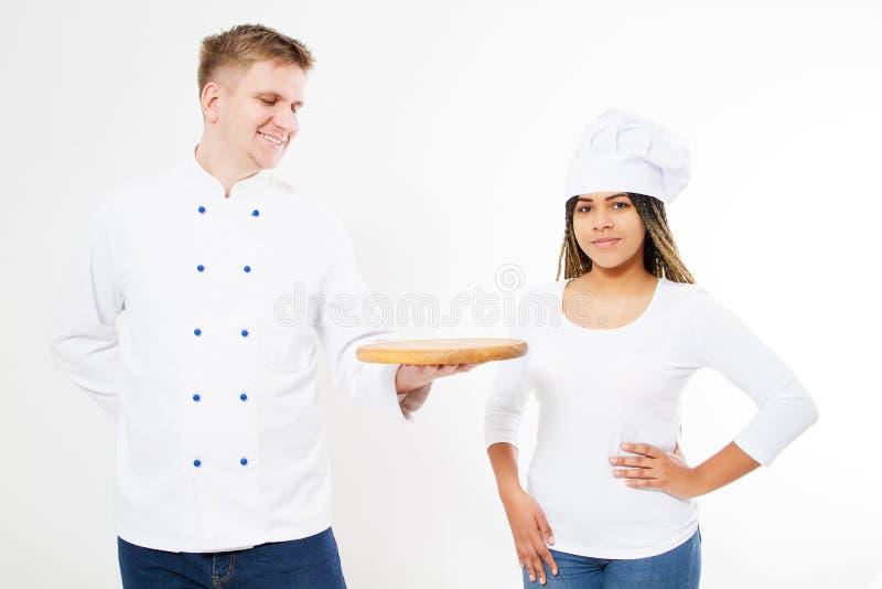 Equipe dos cozinheiros chefe que levantam em um fundo branco com uma placa vazia da pizza fotos de stock royalty free