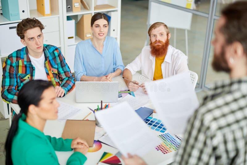 Equipe dos desenhistas que trabalham no escritório foto de stock