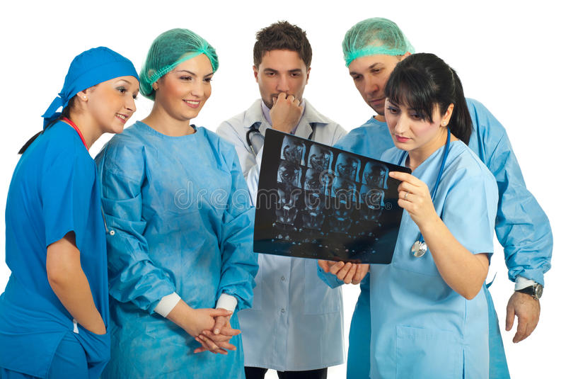 A equipe dos doutores examina MRI foto de stock royalty free