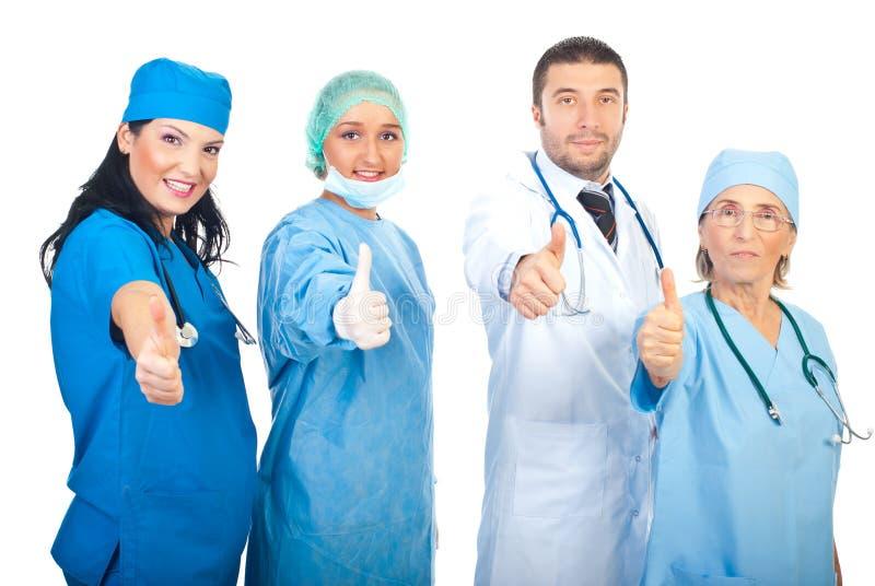 Equipe dos doutores que dão os polegares imagens de stock royalty free