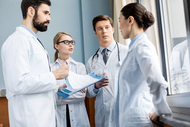 Equipe dos doutores que discute o diagnóstico imagem de stock royalty free