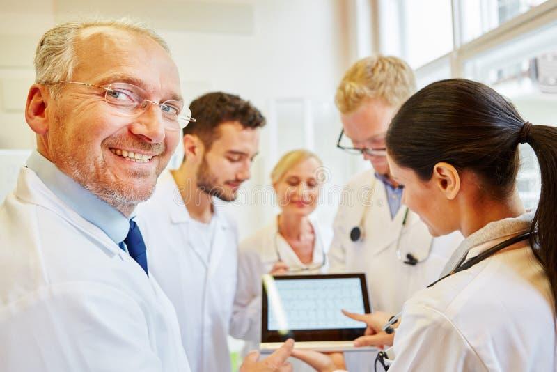 Equipe dos doutores que preparam o diagnóstico fotografia de stock