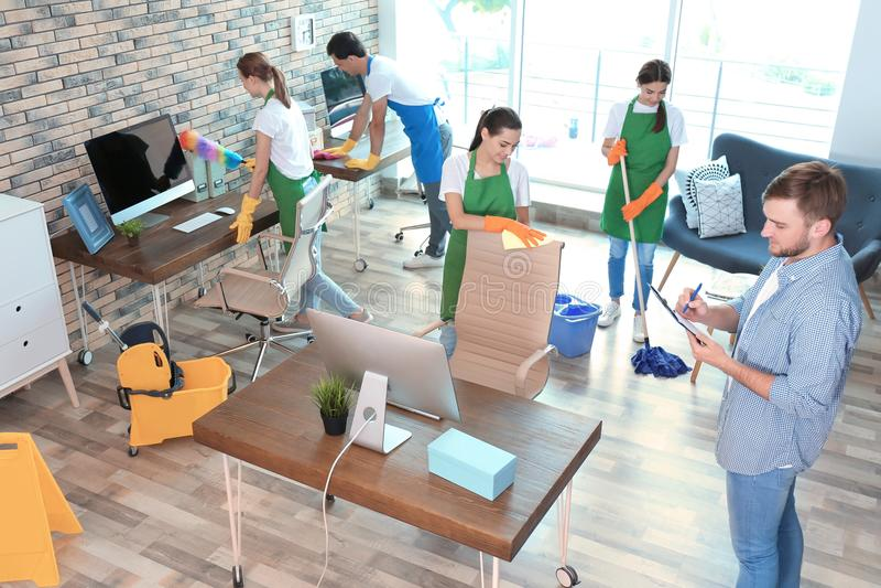 Equipe dos guarda de serviço no escritório uniforme da limpeza fotos de stock royalty free