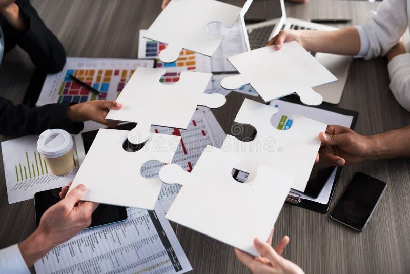 A equipe dos homens de negócios trabalha junto para um objetivo Conceito da unidade e da parceria imagens de stock
