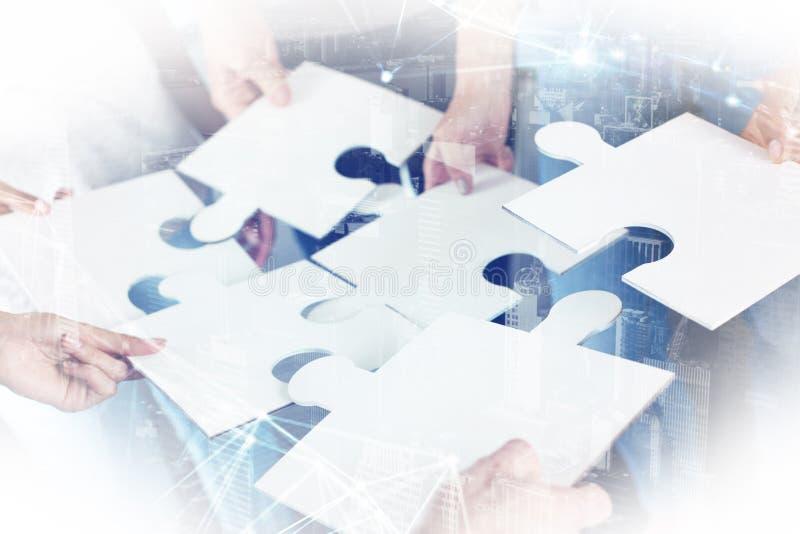 A equipe dos homens de negócios trabalha junto para um objetivo Conceito da unidade e da parceria imagem de stock royalty free