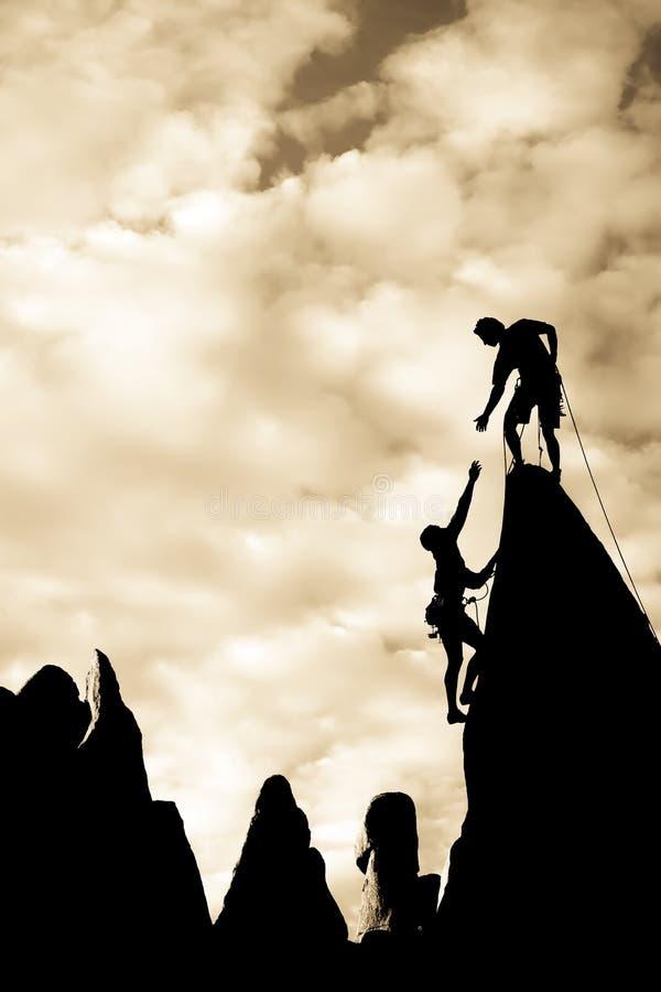 Equipe dos montanhistas na cimeira. imagens de stock