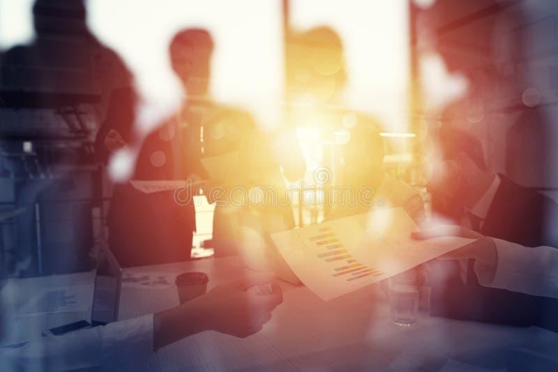 A equipe dos povos trabalha junto com estatísticas da empresa Conceito dos trabalhos de equipa e da parceria Exposição dobro fotografia de stock royalty free