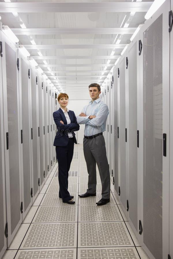 Equipe dos técnicos do computador que sorriem na câmera imagem de stock
