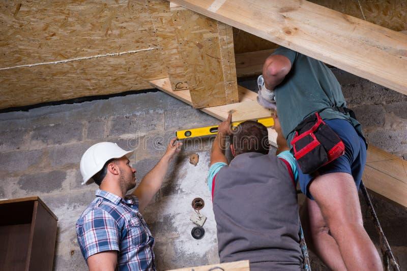 Equipe dos trabalhadores da construção que constroem a escadaria imagens de stock