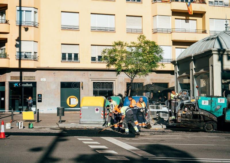 Equipe dos trabalhadores do asfalto que levanta roadworks frescos Barcelona imagem de stock royalty free