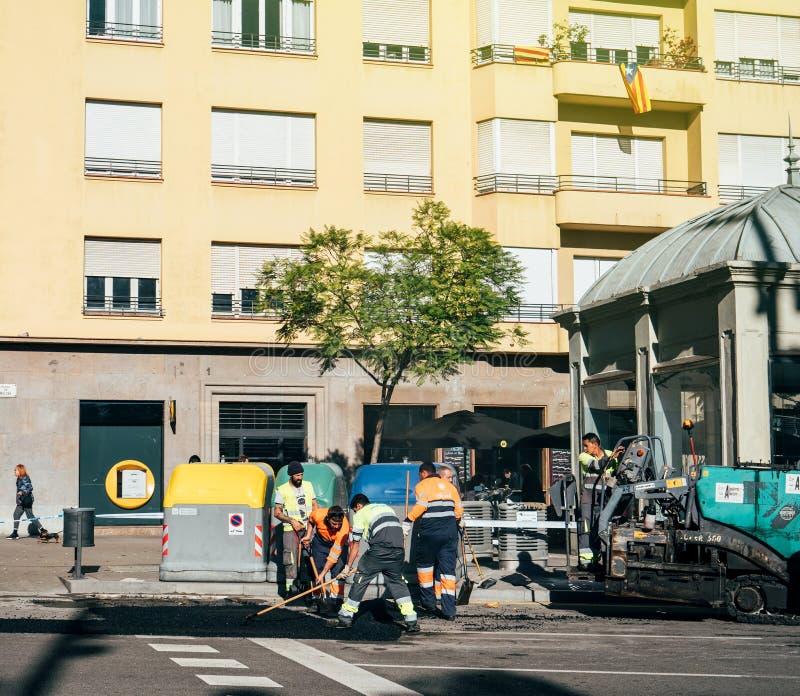 Equipe dos trabalhadores do asfalto que levanta roadworks frescos Barcelona imagens de stock
