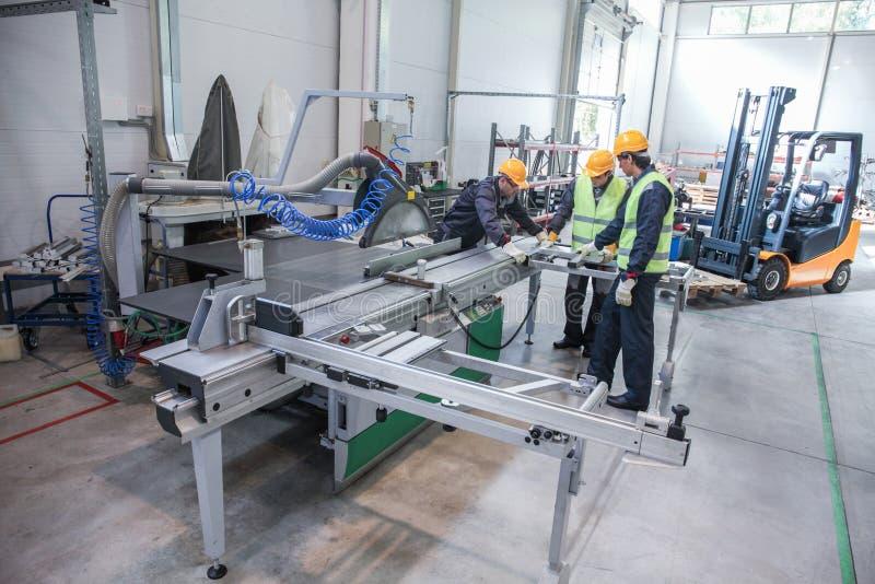 Equipe dos trabalhadores na fábrica do CNC fotos de stock royalty free