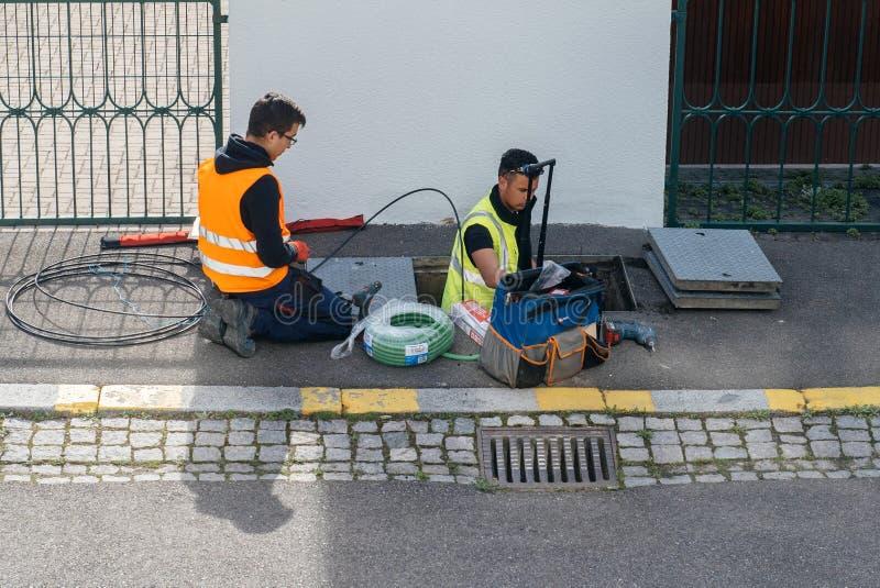 Equipe dos trabalhadores que trabalham na aplicação dos cabos de fibra ótica fotografia de stock royalty free