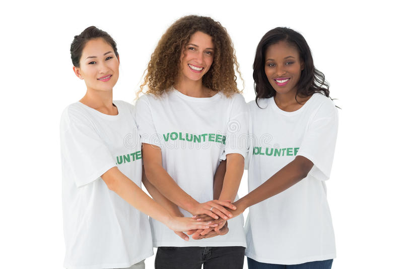 Equipe dos voluntários felizes que unem as mãos imagens de stock royalty free
