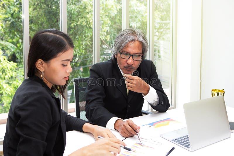 Equipe e troféu do negócio no escritório Os gerentes estão planejando seu sucesso na sala de conferências Homem de negócios que t foto de stock