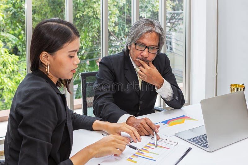 Equipe e troféu do negócio no escritório Os gerentes estão planejando seu sucesso na sala de conferências Homem de negócios que t foto de stock royalty free
