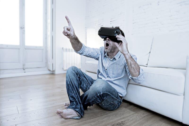 Equipe em casa os óculos de proteção 3d de utilização entusiasmado do sofá do sofá que olham 360 vir imagens de stock royalty free
