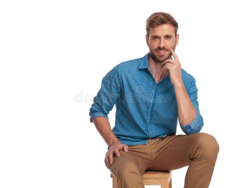 Equipe a empurrão do dedo contra seu mordente em uma pose pensativa fotografia de stock royalty free