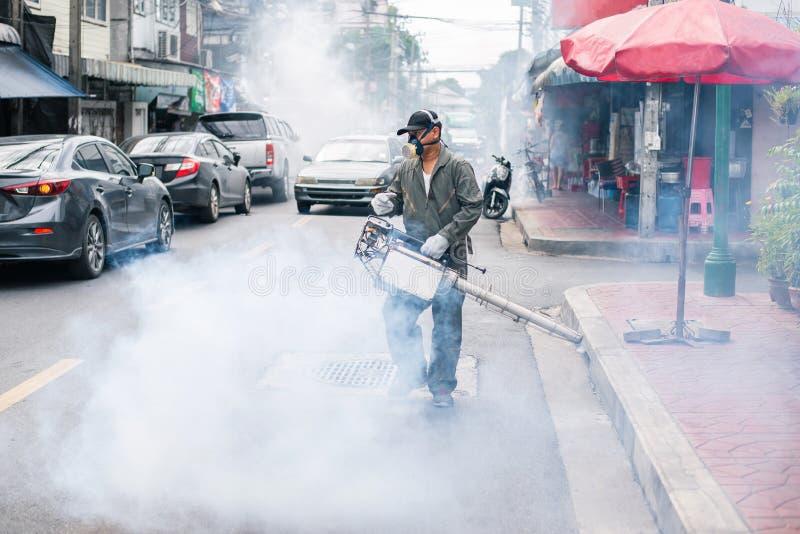 Equipe enevoar-se para eliminar o mosquito na rua fotografia de stock royalty free