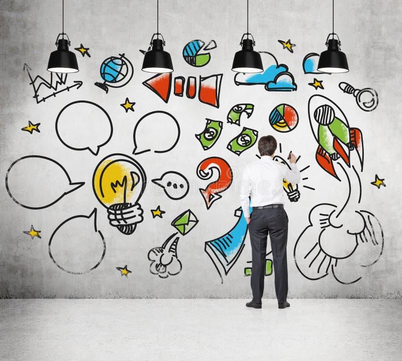 Equipe está tirando um esboço na parede, como criar e desenvolver o projeto do negócio ilustração royalty free