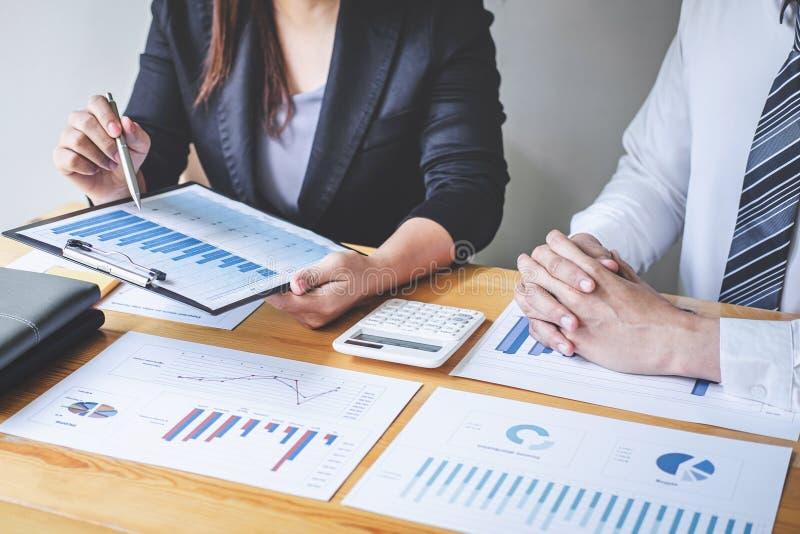 Equipe executiva profissional do negócio que conceitua na reunião ao funcionamento de projeto de investimento e à estratégia plan fotos de stock royalty free