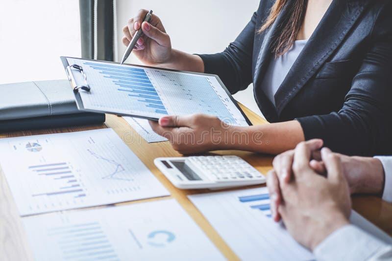Equipe executiva profissional do negócio que conceitua na reunião ao funcionamento de projeto de investimento e à estratégia plan imagem de stock