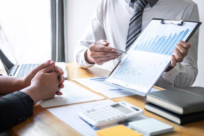 Equipe executiva profissional do negócio que conceitua na reunião ao funcionamento de projeto de investimento e à estratégia plan foto de stock royalty free