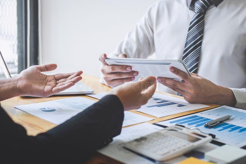 Equipe executiva profissional do negócio que conceitua na reunião ao funcionamento de projeto de investimento e à estratégia plan imagem de stock royalty free
