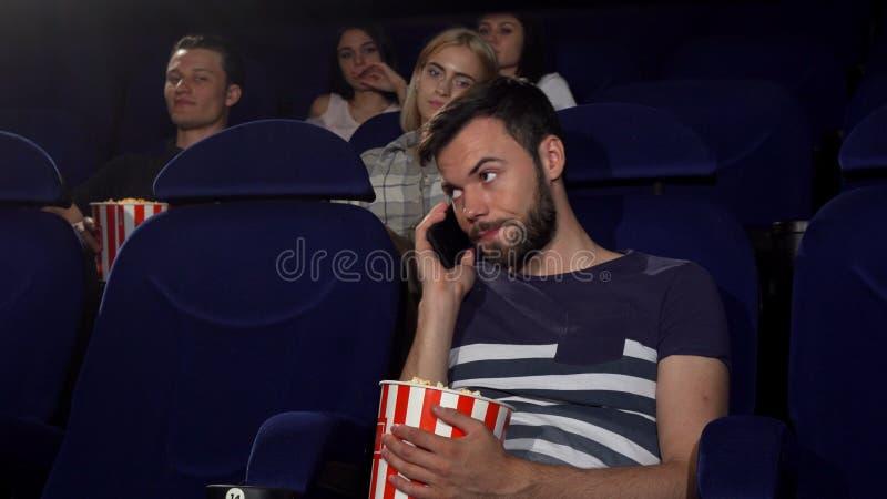 Equipe a fala em seu telefone no teatro de filme foto de stock royalty free