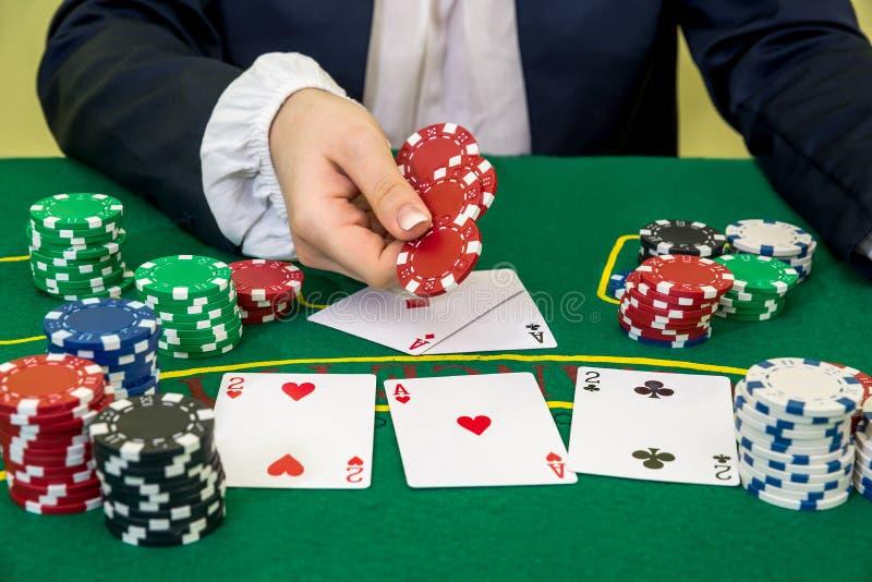 Equipe faz uma aposta e põe uma microplaqueta imagens de stock royalty free