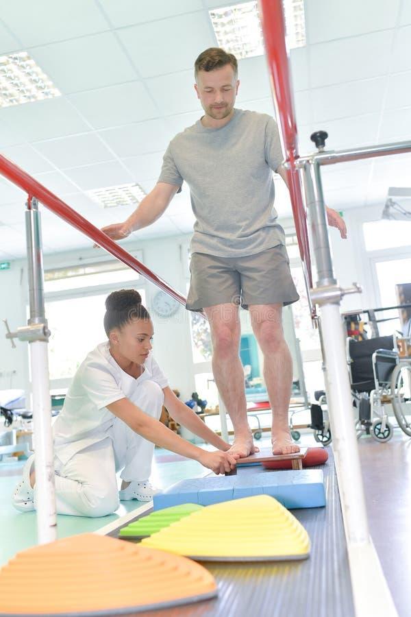 Equipe fazer treinamento running com o fisioterapeuta no lar de idosos fotos de stock