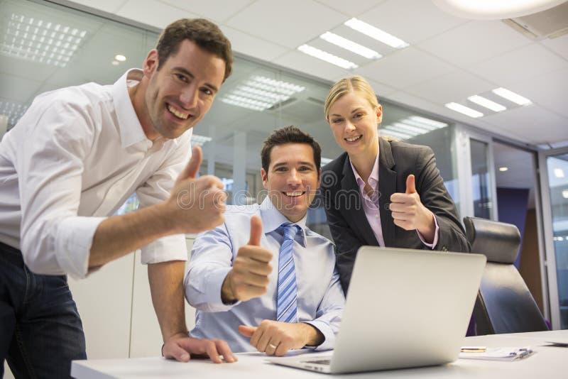 Equipe feliz do negócio em um escritório que comemora um sucesso foto de stock royalty free