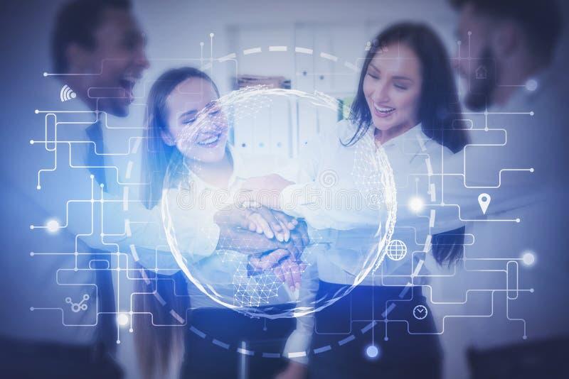 Equipe feliz do negócio no escritório, conexão global foto de stock royalty free