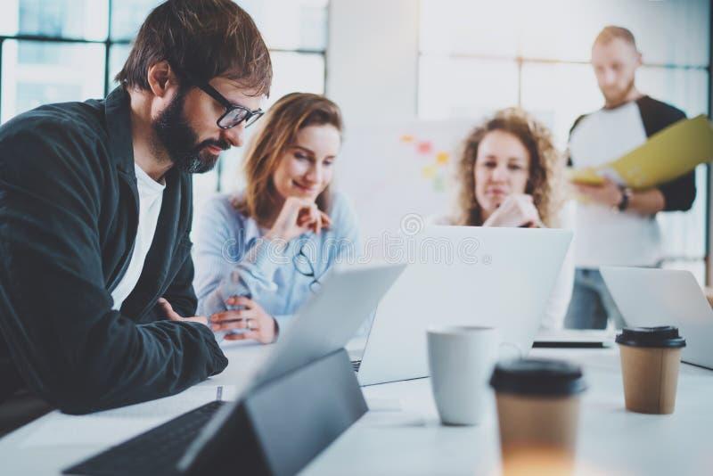 Equipe feliz do negócio que faz a conversação na sala de reunião ensolarada horizontal Fundo borrado foto de stock royalty free